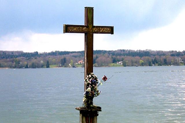 Памятный крест на месте гибели на Штарнбергском озере.