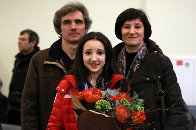 Полина с родителями после выступления.
