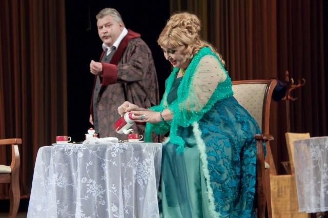В «Свадьбе Кричинского» - традиционный русский чай и традиционно рушащиеся русские судьбы.
