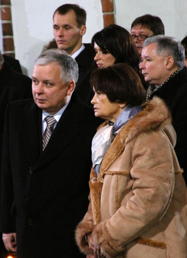 Лех и Ярослав Качиньские с мамой  Ядвигой Качиньской.