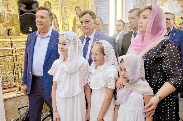 Вячеслав Макаров и Вячеслав Заренков в окружении верующих на открытии храма.