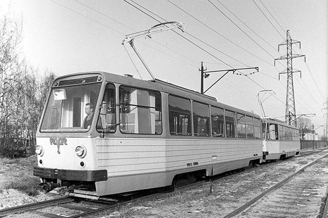 Трамвай марки РВЗ-7 Рижского вагоностроительного завода на маршруте. 1974 г.
