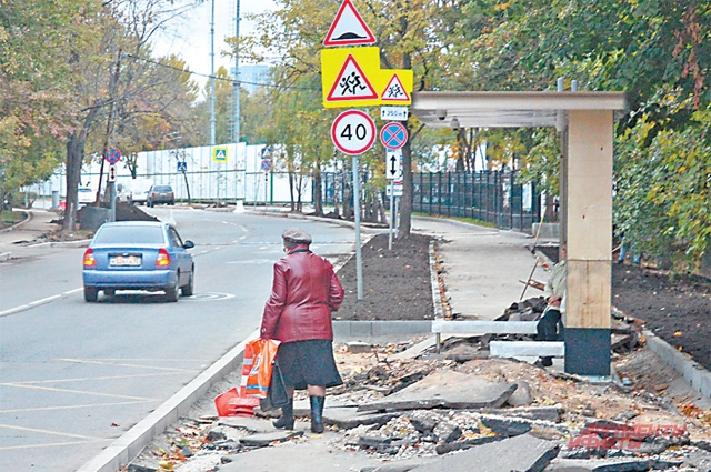 На улице Лодочной демонтировали  старые остановки иустанавливают новые.