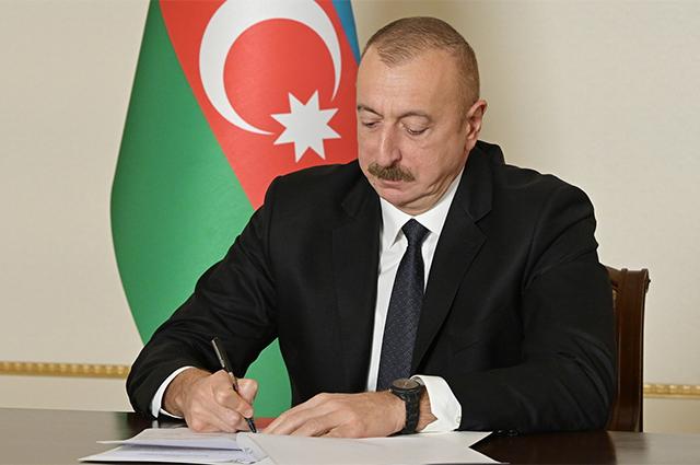 Президент Азербайджана Ильхам Алиев во время подписания заявления о полном прекращении огня и всех военных действий в зоне нагорно-карабахского конфликта с 00 часов 00 минут по московскому времени 10 ноября 2020 года.