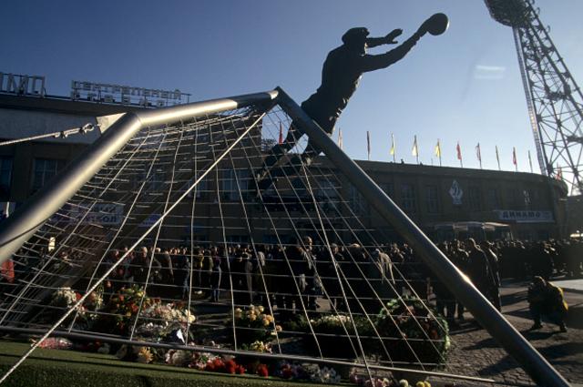 Памятник Льву Ивановичу Яшину около стадиона Динамо . Скульптор Александр Рукавишников. 1999 год