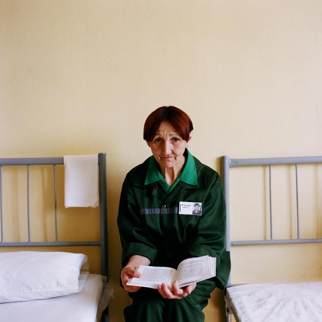 Те, кто не работают на промке по состоянию здоровья, читают книги. Сидеть на кроватях днем нельзя, поэтому читать приходится, сидя на табуретке