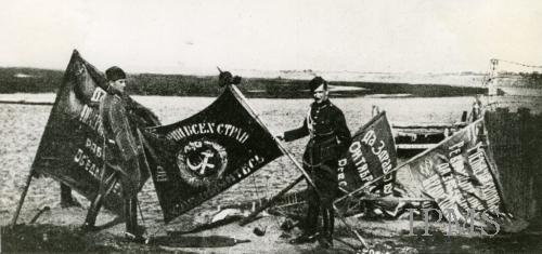 Польские солдаты демонстрируют знамёна РККА, захваченные в битве под Варшавой