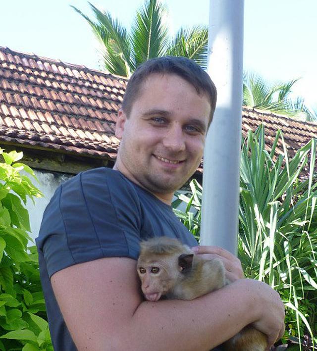 Продавец экзотических животных Виктор Савельев нашел малыша яванской макаки сбитым машиной. Виктор вылечил животное и передал его в приют.