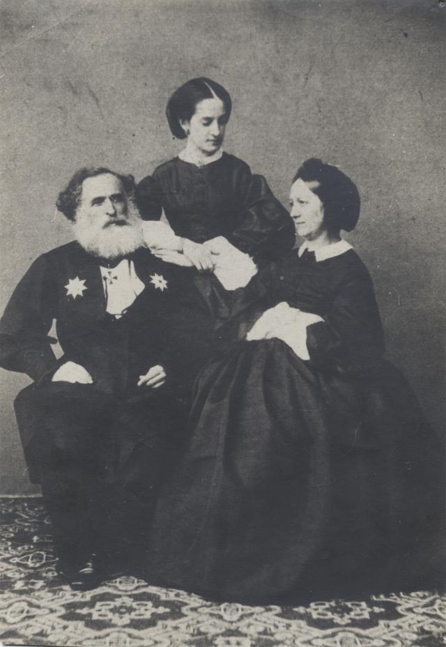 А.К. Казем-Бек с дочерью Ольгой и Е.П. Костливцевой