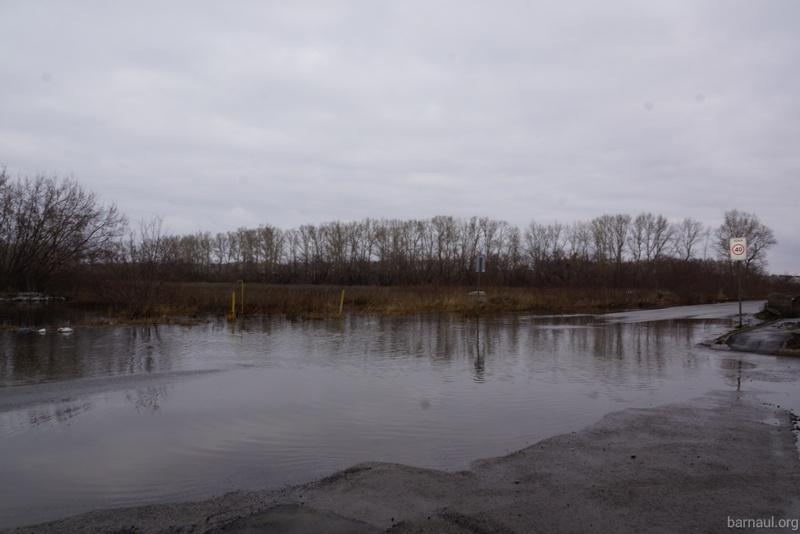 В Барнауле талыми водами затопило улицу