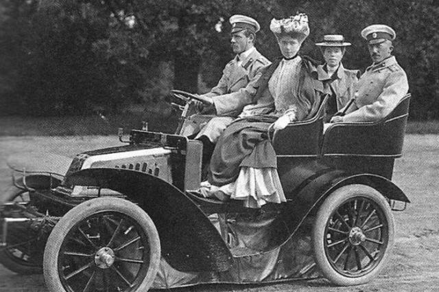 Великий князь Михаил Александрович и Беатриса Леопольдина Виктория (на передних сидениях).