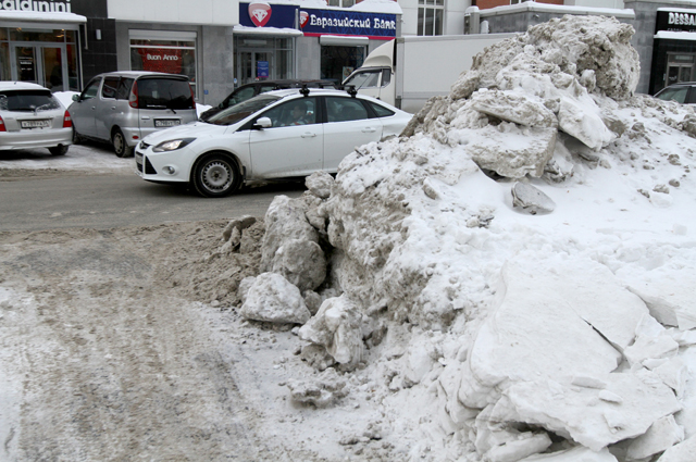 Некоторые жители сами добровольно выходят расчищать улицы