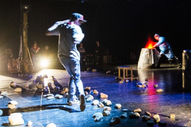 Режиссёр на протяжении всего спектакля показывает нам, что на сцене идёт лишь игра.