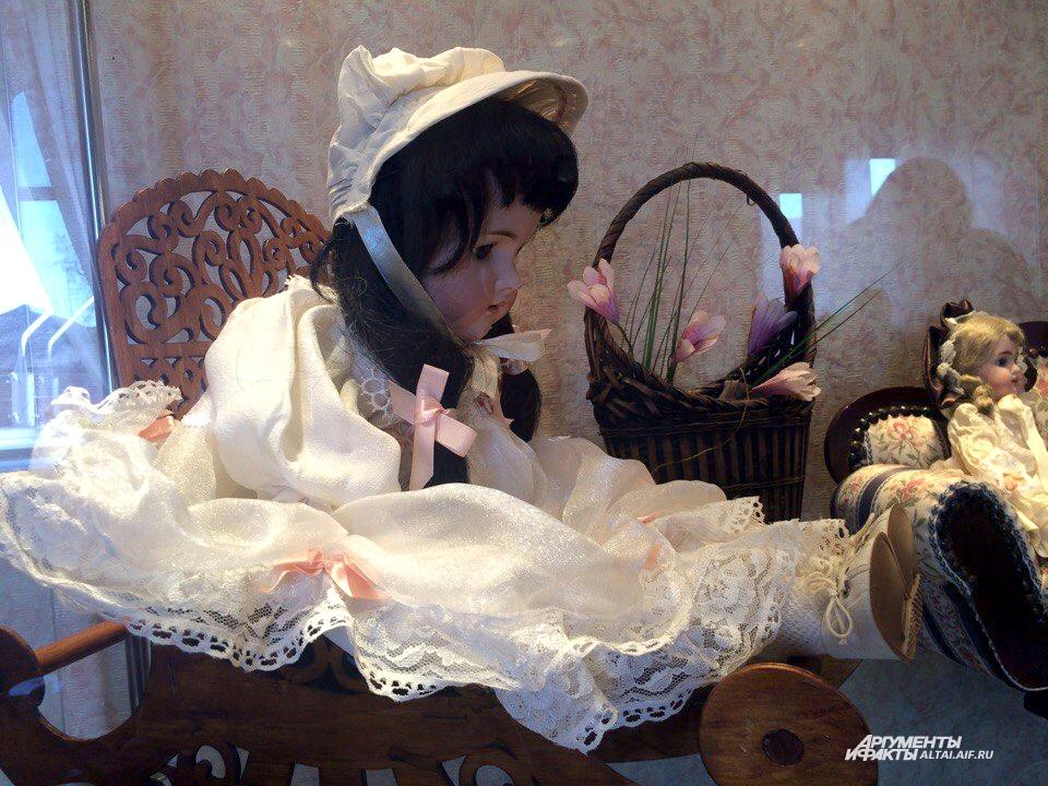 Кукла Галка - самая старая на выставке, ей 120 лет.