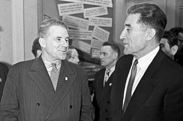 Братья Андрей (справа) иАлександр (вцентре) Старостины навечере вчесть 25-летия общества «Спартак» в1960г.