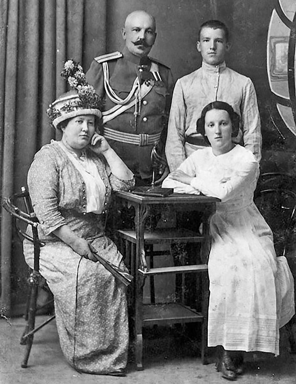 Владимир Михайлович со своими родителями.