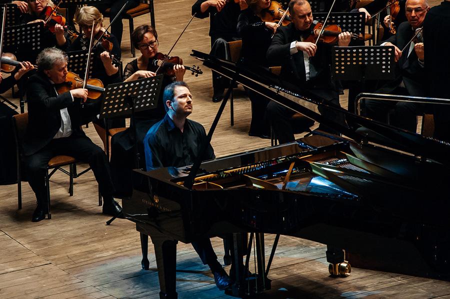 За несколько мгновений до начала концерта Юрий Мартынов настраивается на Моцарта, на взаимодействие с оркестром и на публику в зале.