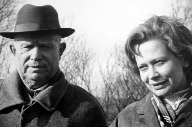Никита Серегеевич Хрущев с внучкой Юлией. Фотография 1967 года.