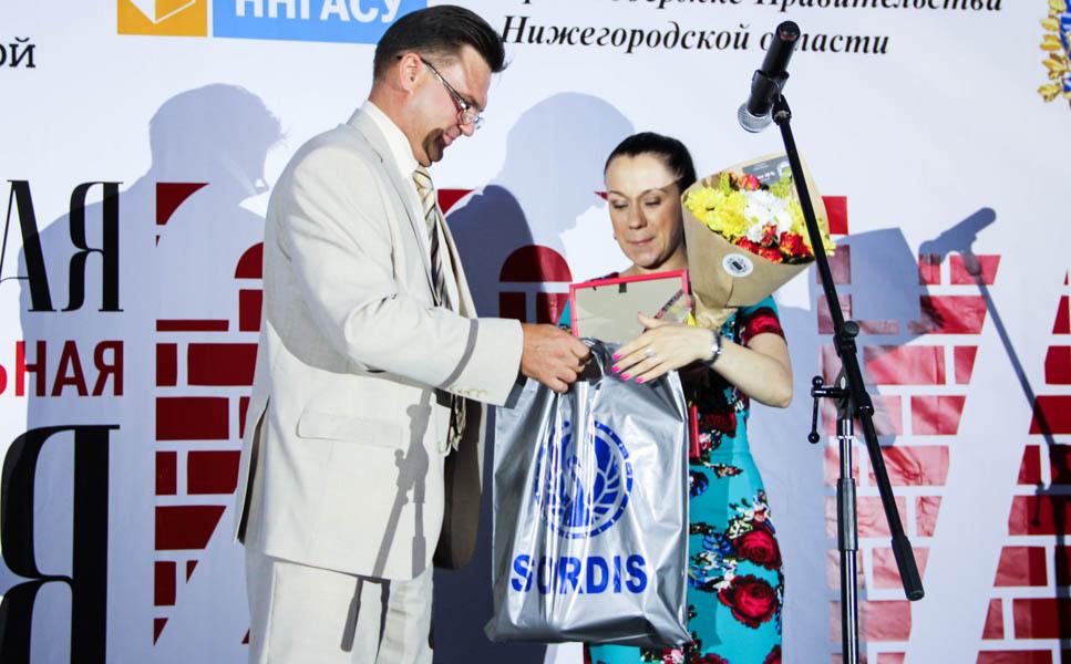 Мария Майорова, директор юридического департамента АО «Жилстройресурс», и Андрей Лапшин, ректор ННГАСУ.
