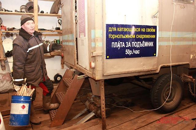 Металлический вагончик Пётр Георгиевич называет своим офисом