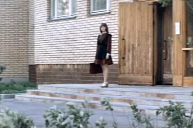 Живёт Дина в новом кирпичном доме в Большом Харитоньевском, 5.