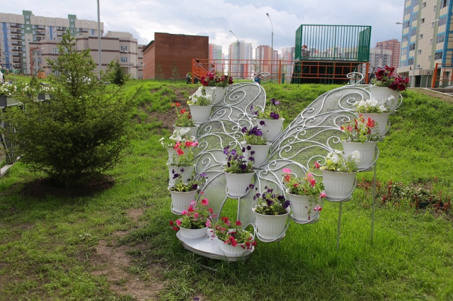 Местные жители помогают поддерживать порядок и красоту в своих дворах!