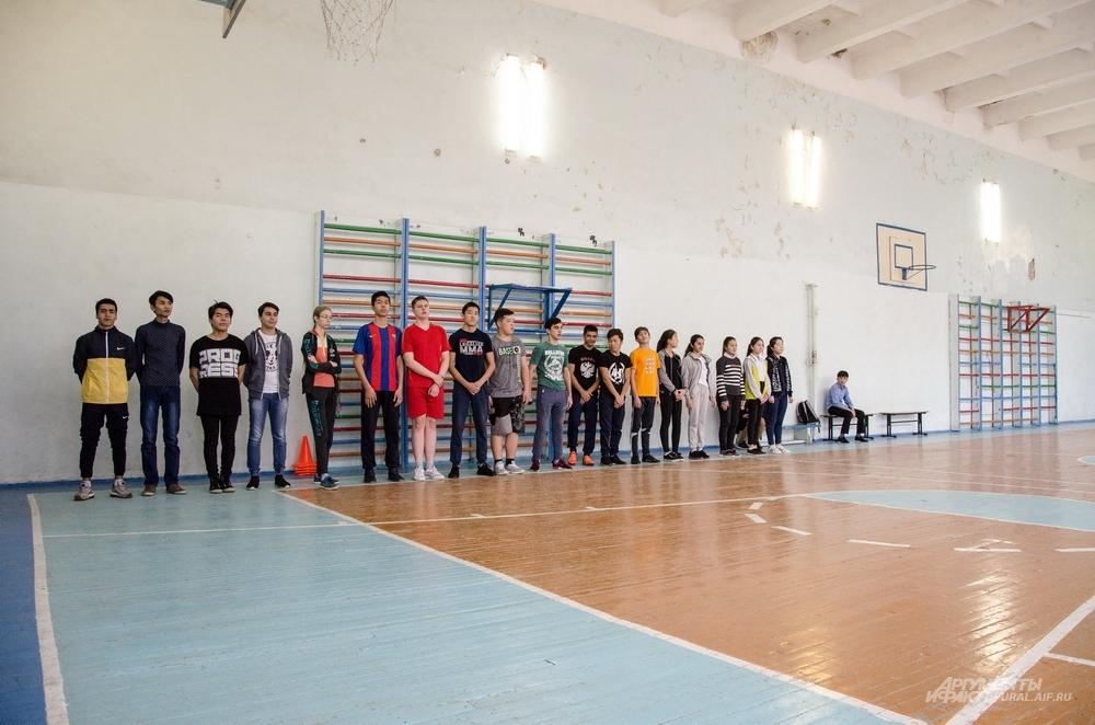 Обычный спортзал в необычной школе.