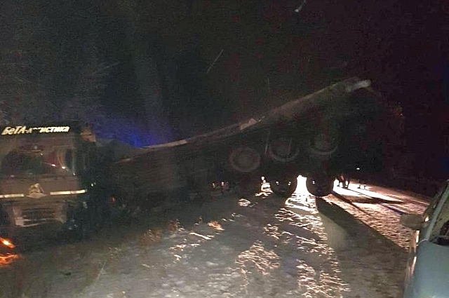 От удара Dodge отбросило на встречную полосу, где иномарка столкнулась с грузовиком.