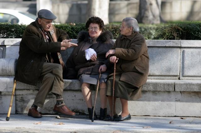 Пенсию старикам нужно увеличивать.
