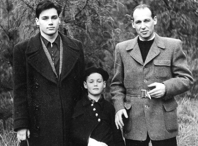 Владимир Александрович Познер с сыновьями Владимиром и Павлом.