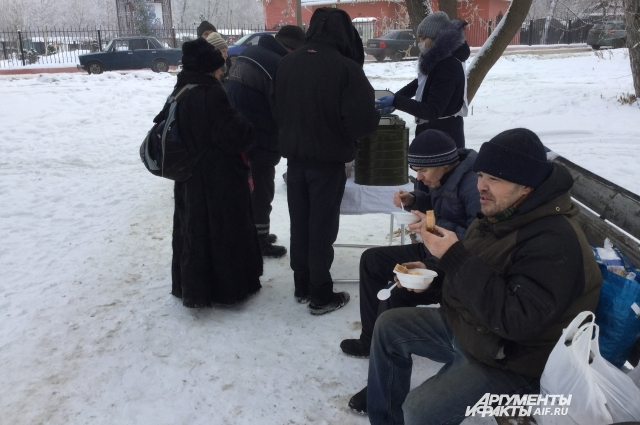 Бездомные признались, что если бы не волонтёры, то искать обед пришлось бы на помойке.