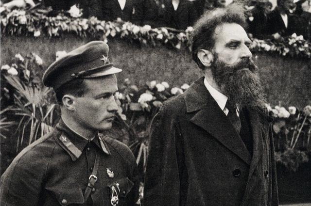 Николай Петрович Каманин и Отто Юльевич Шмидт на встрече челюскинцев на Красной площади в Москве 19 июня 1934 года.