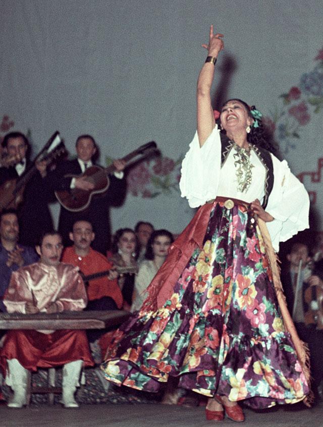 Ляля Черная исполняет цыганский танец в Театре Эстрады.