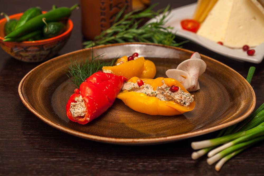 Запечённый болгарский перец с орехами и гранатом