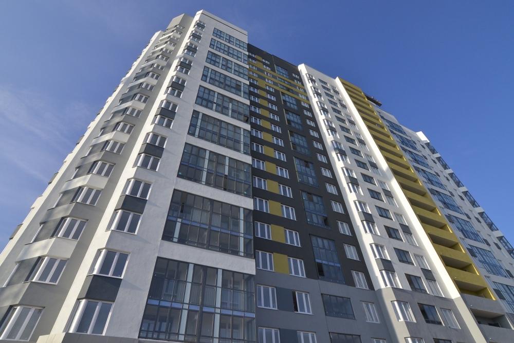 Первые этажи ЖК «Сахаров» отданы под коммерческие помещение. Ещё на этапе строительства одно из них адаптировали под магазин.