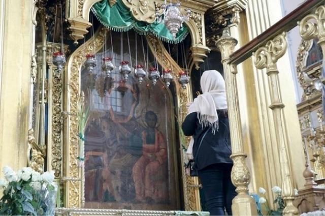 Смоленская икона Божией Матери, именуемая «Одигитрия». Перед ней полководец Кутузов молился об успехе Бородинского сражения.