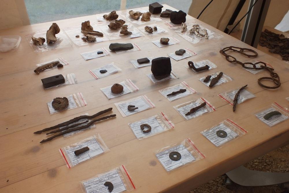 Наконечники стрел, острога, монеты и цепи - часть находок.