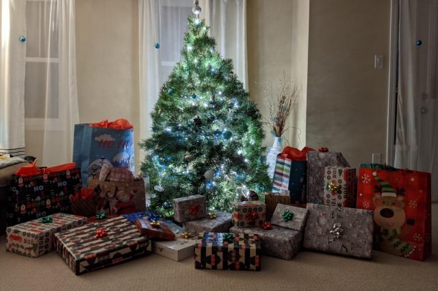Чтобы порадовать детей, родители кладут под елочку десятки подарков.