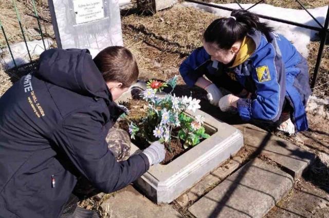 Активисты считают, что заботиться о могилах воинов - их священный долг.