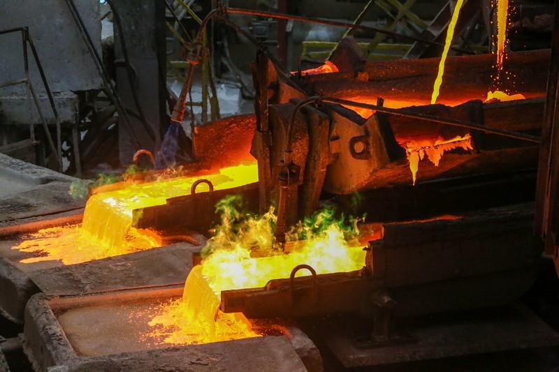 Вот такой раскаленный металл рабочим приходилось «дразнить»