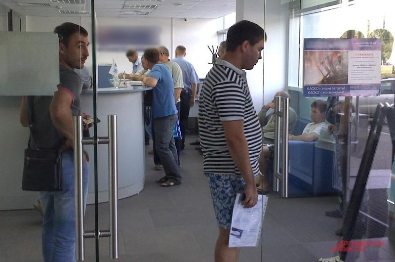 В офисах компаний постоянные очереди из автовладельцев