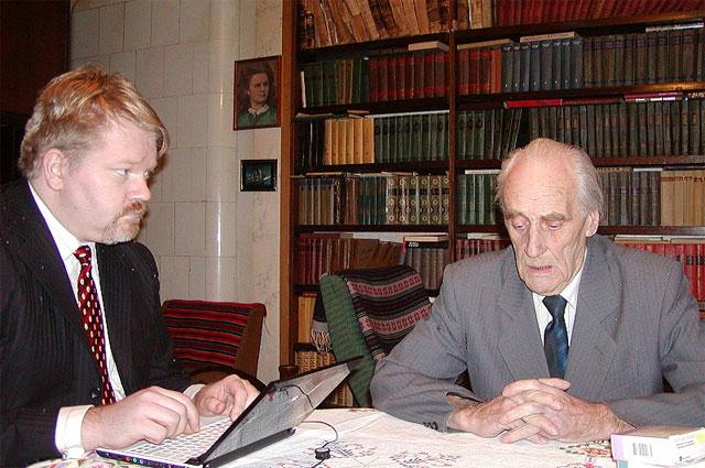 Арнольд Мери (справа) и финский учёный Йохан Бекман, 19 января 2008 г