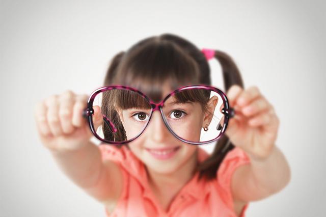 Девочка с очками