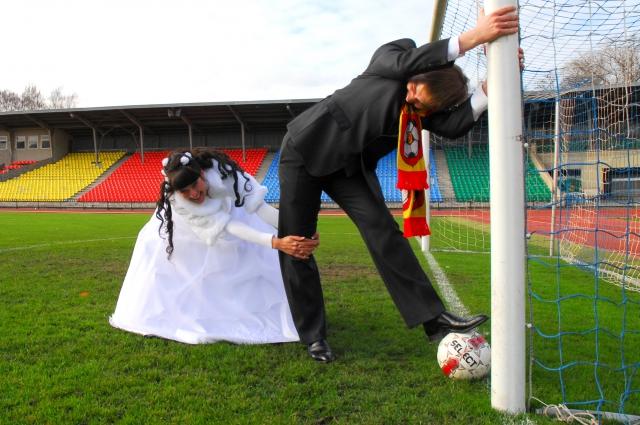 жених и невеста на футбольном поле