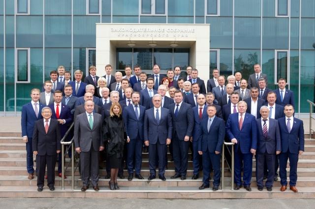 В новом парламенте из 52 депутатов только три женщины.