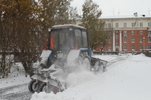 13 тракторный щеток работают на дорогах города.