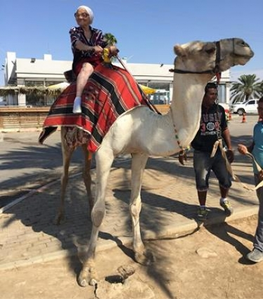 В 89 лет баба Лена не побоялась прокатиться на верблюде.