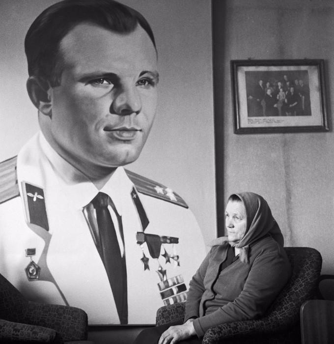 Анна Тимофеевна у портрета сына.