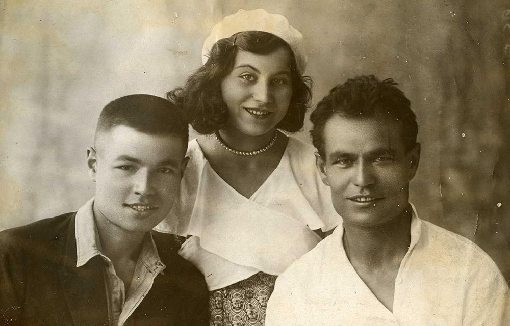 Слева Юрий (Аввакум) с женой, справа Агафангел Афанасьев.