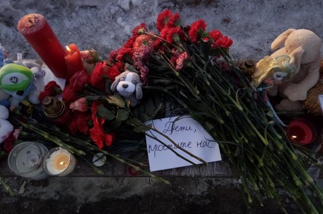 Омичи оставляют у мемориалов не только цветы и игрушки, но и записки.